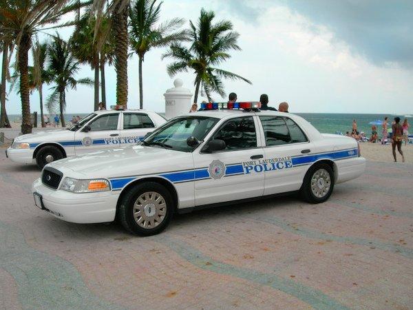 美国妇女太饥渴打911色诱警察,被捕